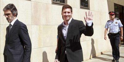 El futbolista del F.C.Barcelona Lionel Messi (c) sale del juzgado de Gavà, donde ha declarado como imputado ante el titular del juzgado número 3, acusado de defraudar a Hacienda cerca de 4 millones de euros. EFE
