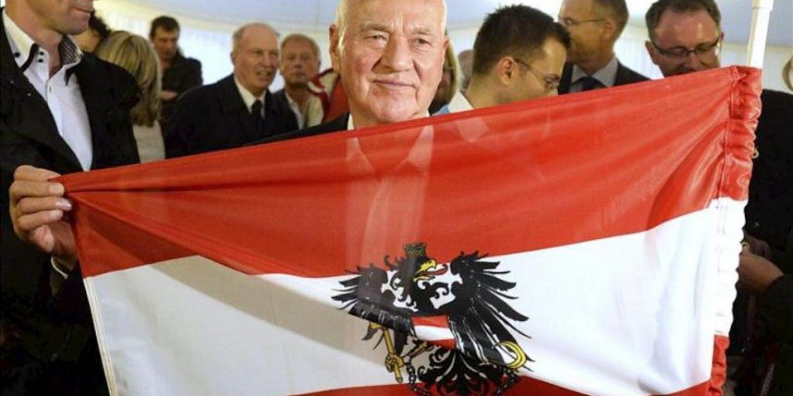 El millonario austro-canadiense Frank Stronach, líder del partido Team Stronach, sostiene una bandera nacional durante un acto de campaña electoral de su partido en Viena (Austria) hoy, viernes 27 de septiembre de 2013. EFE