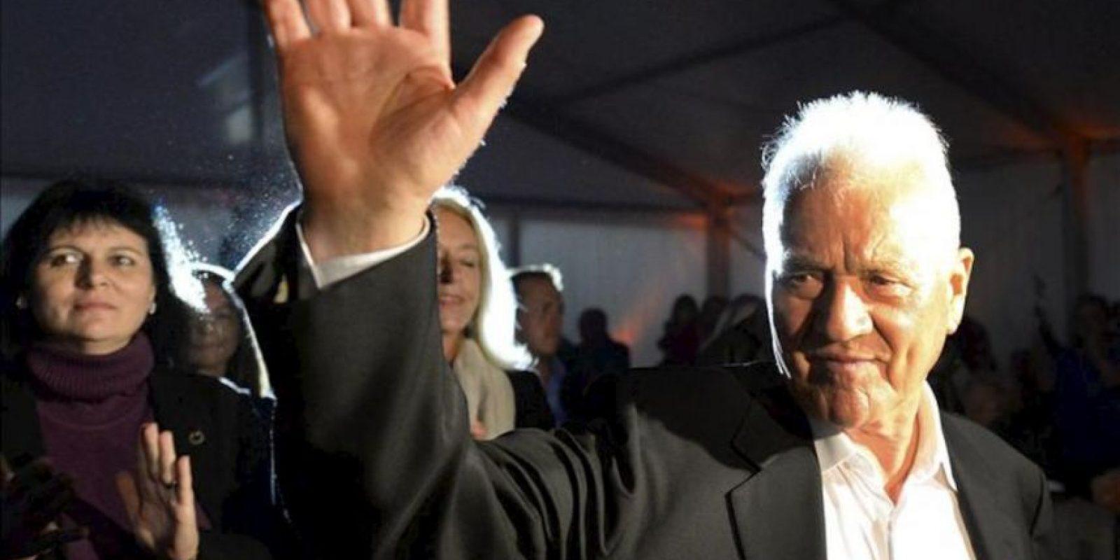 El millonario austro-canadiense Frank Stronach, líder del partido Team Stronach, saluda durante un acto de campaña electoral de su partido en Viena (Austria) hoy, viernes 27 de septiembre de 2013. EFE