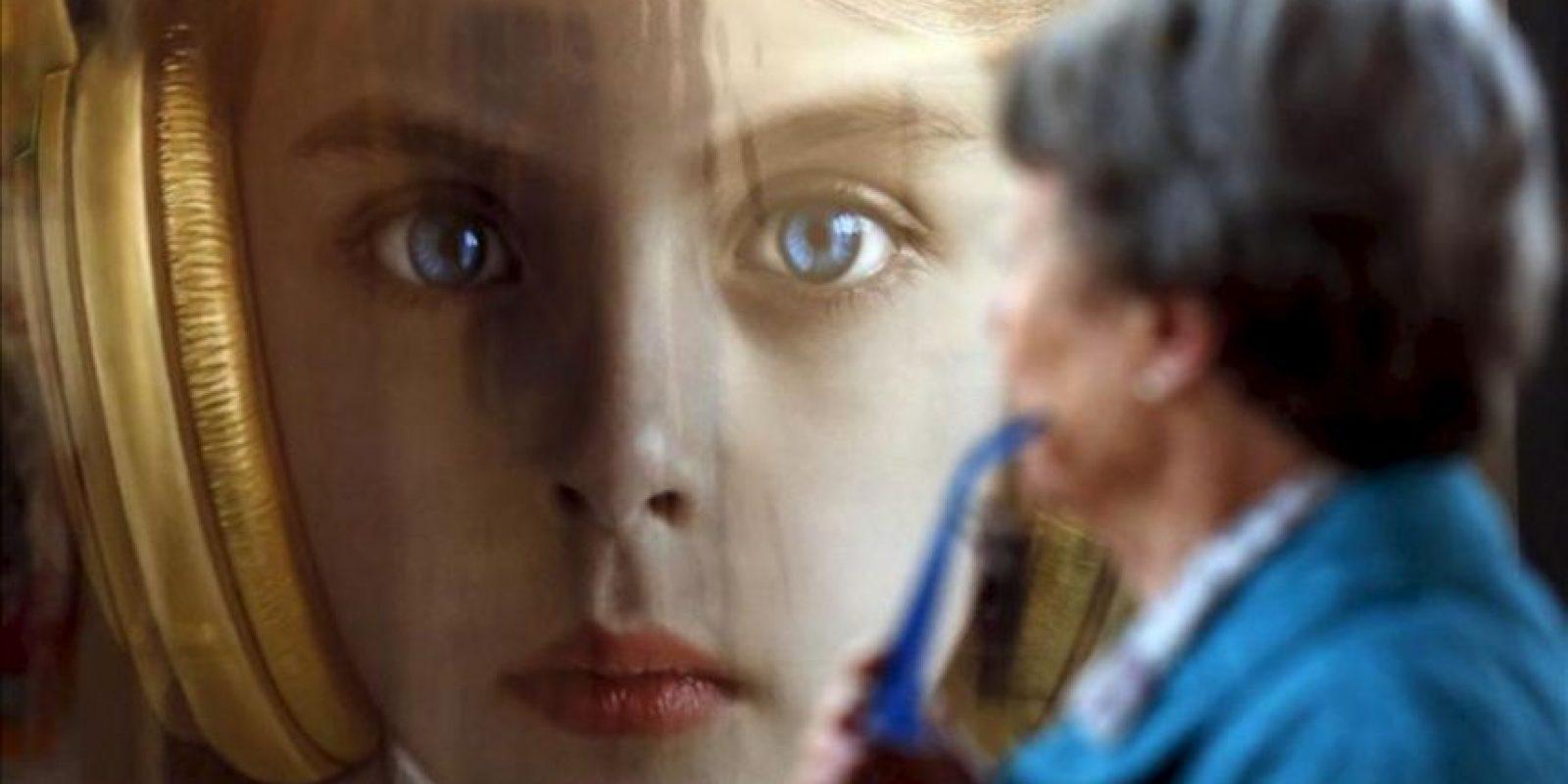 """Una espectadora observa la obra """"María"""" de la artista Adriana Duque este viernes 27 de septiembre de 2013, durante la quinta versión de la Feria Chilena de Arte Contemporáneo (Ch.ACO) en la Estación Cultural Mapocho, en Santiago de Chile (Chile). EFE"""