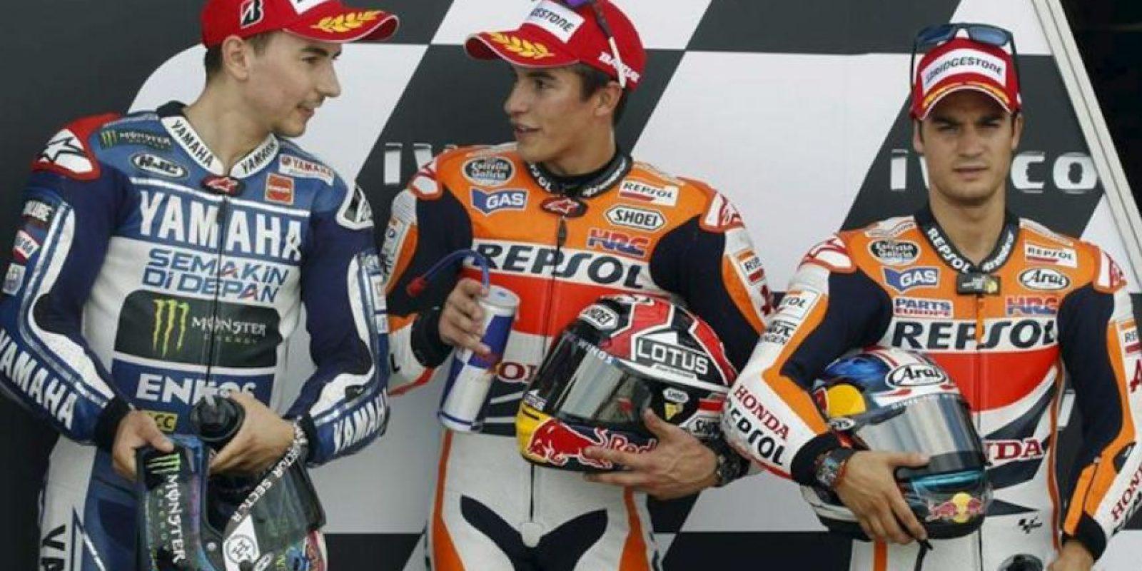 Los pilotos españoles de MotoGP Marc Márquez (c), Jorge Lorenzo (i) y Dani Pedrosa tras conseguir el primer, segundo y tercer mejor tiempo en el Circuito Motorland en Alcañiz (Teruel), donde este fin de semana se celebra el Gran Premio de Aragón de motociclismo. EFE