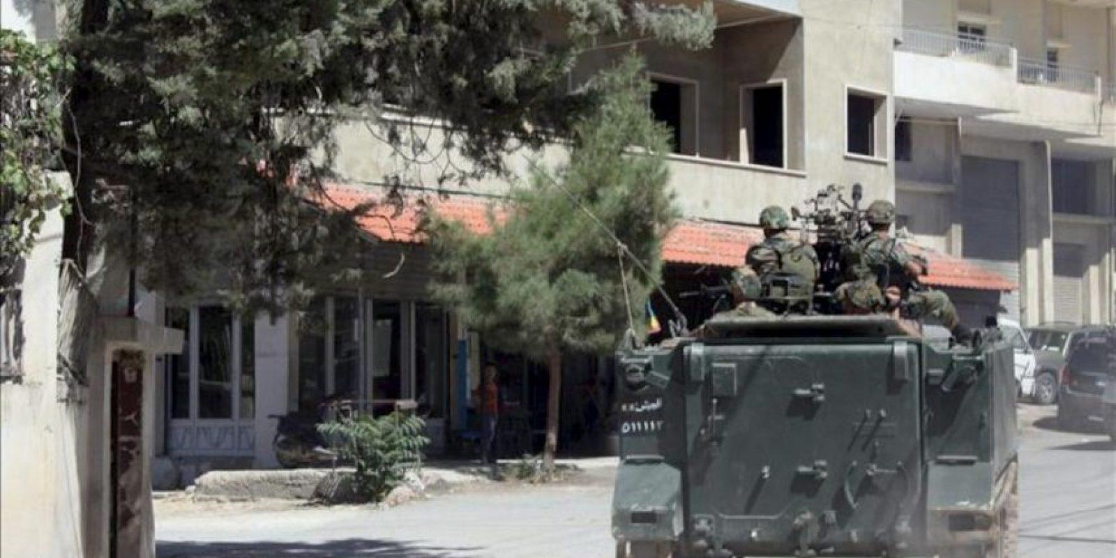 Soldados del ejército libanés en su vehículo blindado patrulla una calle en Baalbek, Líbano. EFE