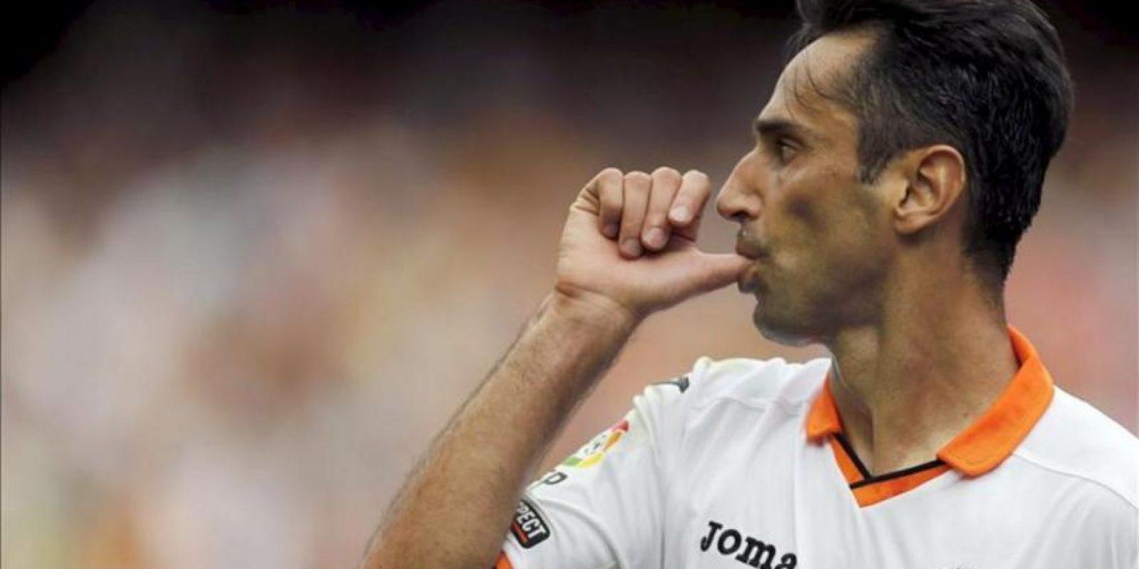 El delantero brasileño del Valencia Jonas Gonçalves celebra el primer gol marcado al Rayo Vallecano durante el partido correspondiente a la séptima jornada de Liga de Primera División, disputado en el estadio de Mestalla. EFE
