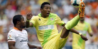 El defensa del Rayo Vallecano Anaitz Arbilla (d) controla el balón ante el delantero colombiano del Valencia Dorlan Pabón (i) durante el partido correspondiente a la séptima jornada de Liga de Primera División, disputado en el estadio de Mestalla. EFE