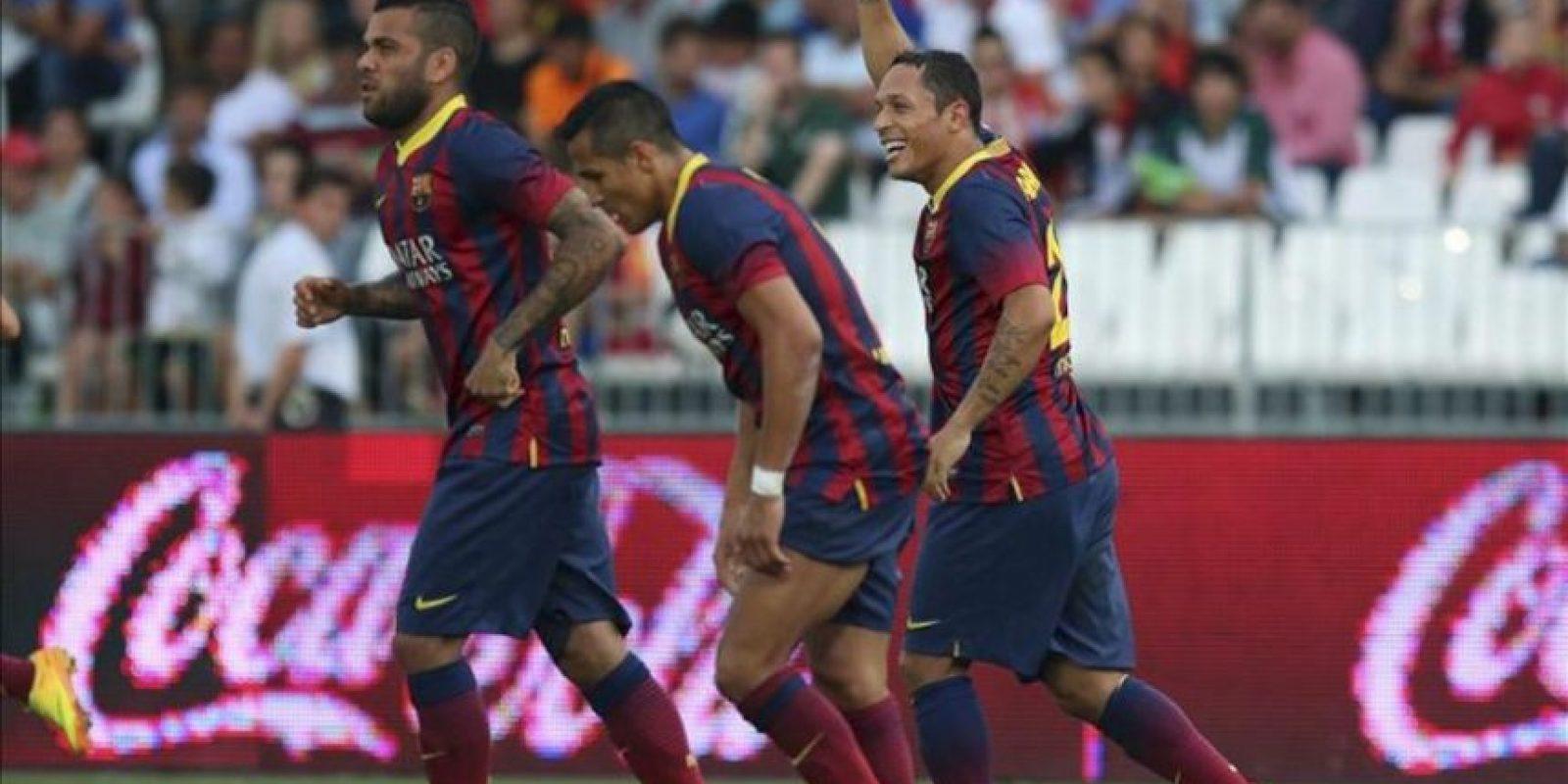El centrocampista brasileño del FC Barcelona Adriano Correia (d) celebra el segundo gol de su equipo ante el Almería, en el partido de la séptima jornada de liga en Primera División que se disputó en el estadio de los Juegos Mediterráneos de Almeria. EFE