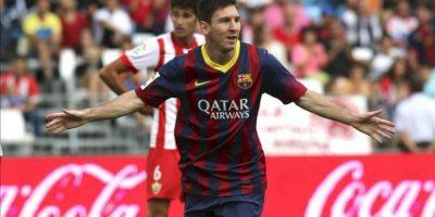 El delantero argentino del FC Barcelona Leo Messi celebra el primer gol de su equipo ante el Almería, en el partido de la séptima jornada de liga en Primera División que se disputó en el estadio de los Juegos Mediterráneos de Almeria. EFE