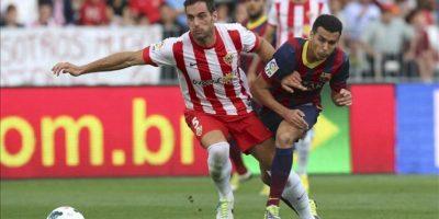 El delantero del FC Barcelona Pedro Rodríguez (d) pelea un balón con el defensa del Almería Angel Trujillo, en el partido de la séptima jornada de liga en Primera División que se disputó en el estadio de los Juegos Mediterráneos de Almeria. EFE