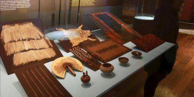 Vista de un estante con objetos y utensilios hallados en fardos funerarios de la cultura prehispánica Paracas, que se están exhibiendo en la sala más grande dedicada a esta cultura reabierta al público en el Museo Nacional de Arqueología, Antropología e Historia de Lima (Perú). EFE