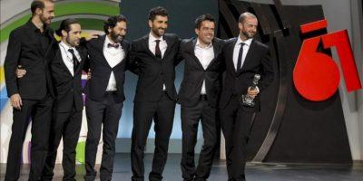 """El director de la película """"La herida"""", Fernando Franco (d), agradece el Premio Especial del Jurado junto al resto del equipo de la cinta, en la gala de clausura de la 61 edición del Festival Internacional de Cine de San Sebastián. EFE"""