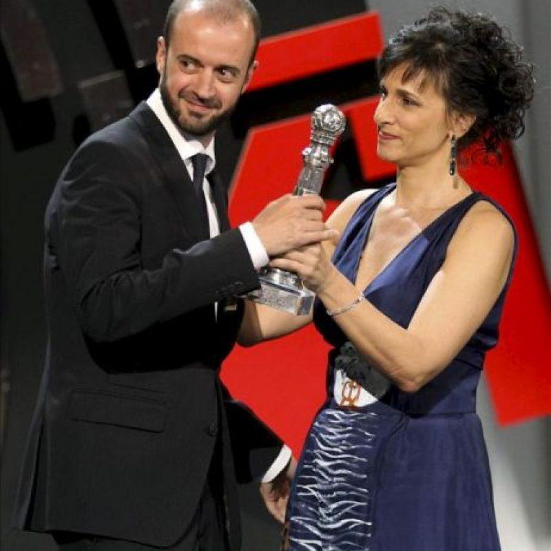 """El director de la película """"La herida"""", Fernando Franco (i), recoge de manos de Mariela Besuievsky (d) el Premio Especial del Jurado, en la gala de clausura de la 61 edición del Festival Internacional de Cine de San Sebastián. EFE"""