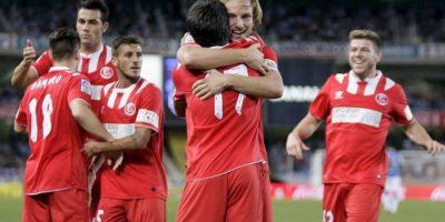 El jugador del Sevilla Jairo Samperio (3-d) es felicitado por el croata Ivan Rakitic (2-d) tras marcar el primer gol ante la Real Sociedad, durante el partido correspondiente a la séptima jornada de Liga en Primera División jugado en el estadio de Anoeta, en San Sebastián. EFE