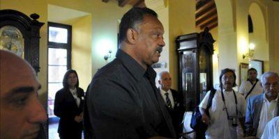 El reverendo estadounidense Jesse Jackson camina por un hotel de La Habana (Cuba) a donde llegó este viernes para sostener encuentros con líderes religiosos cubanos y a favor de unas relaciones pacíficas entre Cuba, Estados Unidos y el resto del Caribe, según sus declaraciones. EFE