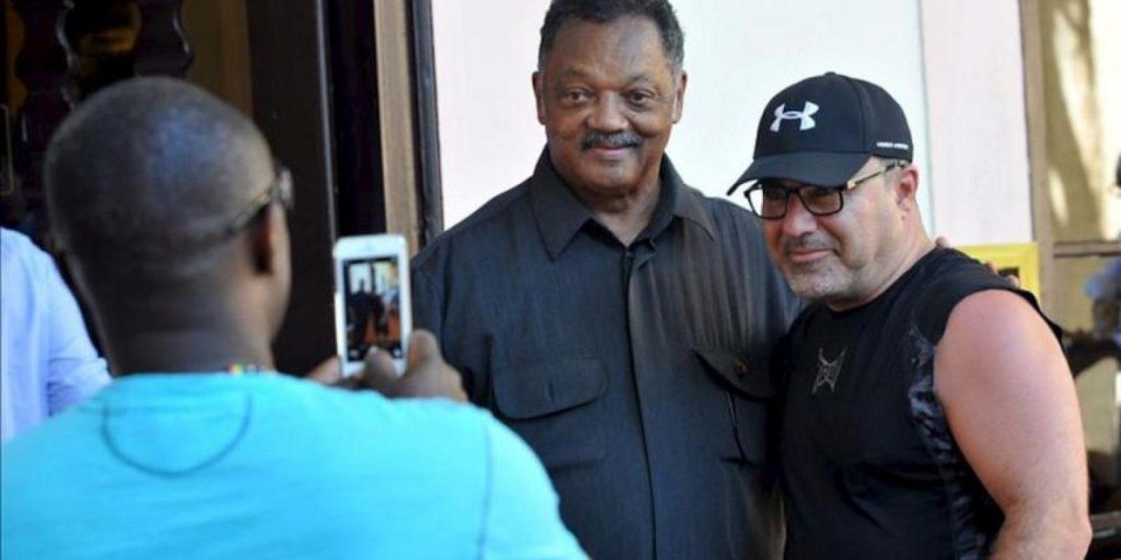 El reverendo estadounidense Jesse Jackson (c) posa con unos turistas el 28 de septiembre del 2013, en La Habana (Cuba). EFE