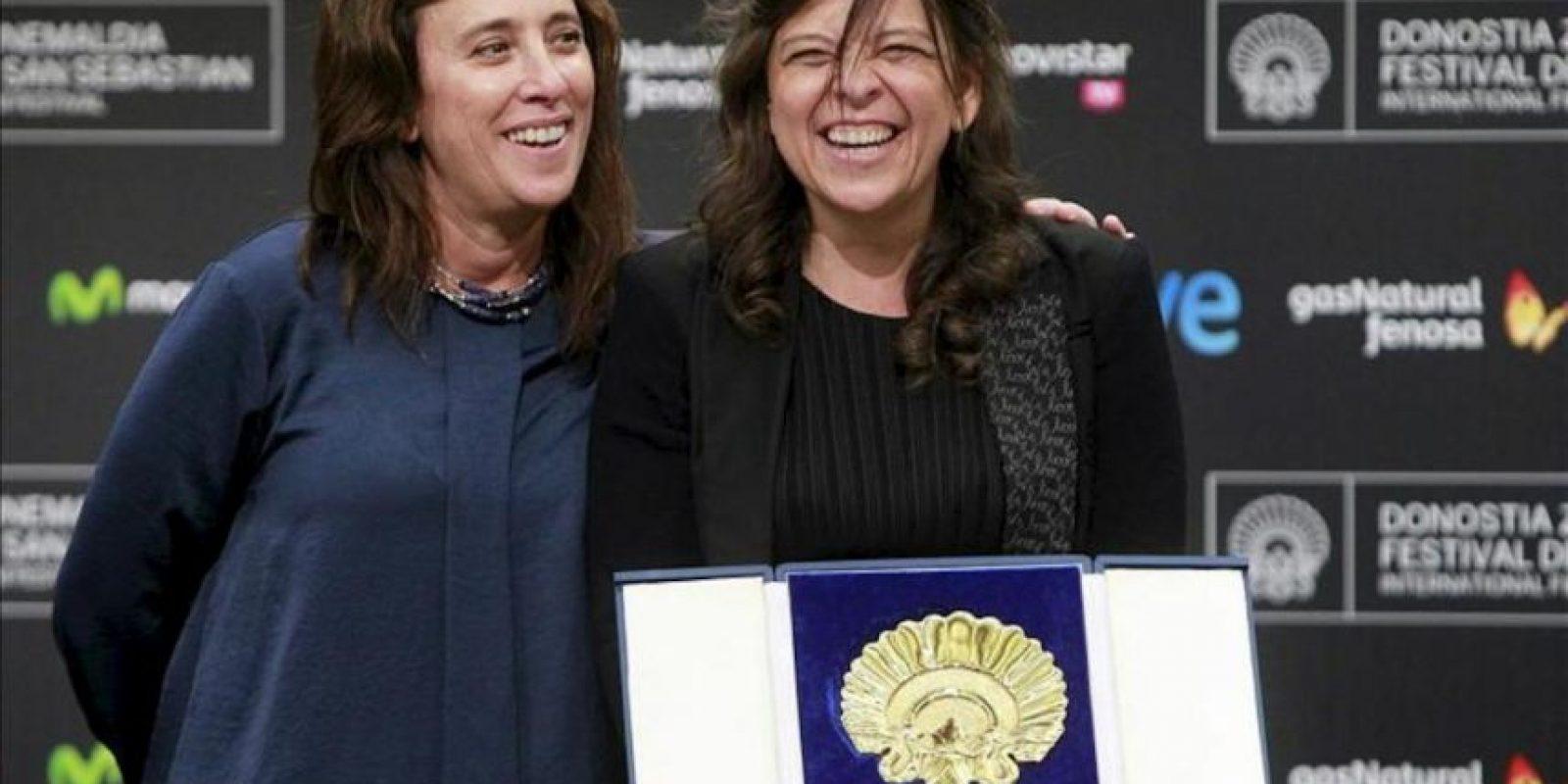 """La directora venezolana de la película """"Pelo Malo"""", Mariana Rondón (d), junto a la productora, Marité Ugas (i), posa con la Concha de Oro a la mejor película en la gala de clausura de la 61 edición del Festival Internacional de Cine de San Sebastián. EFE"""