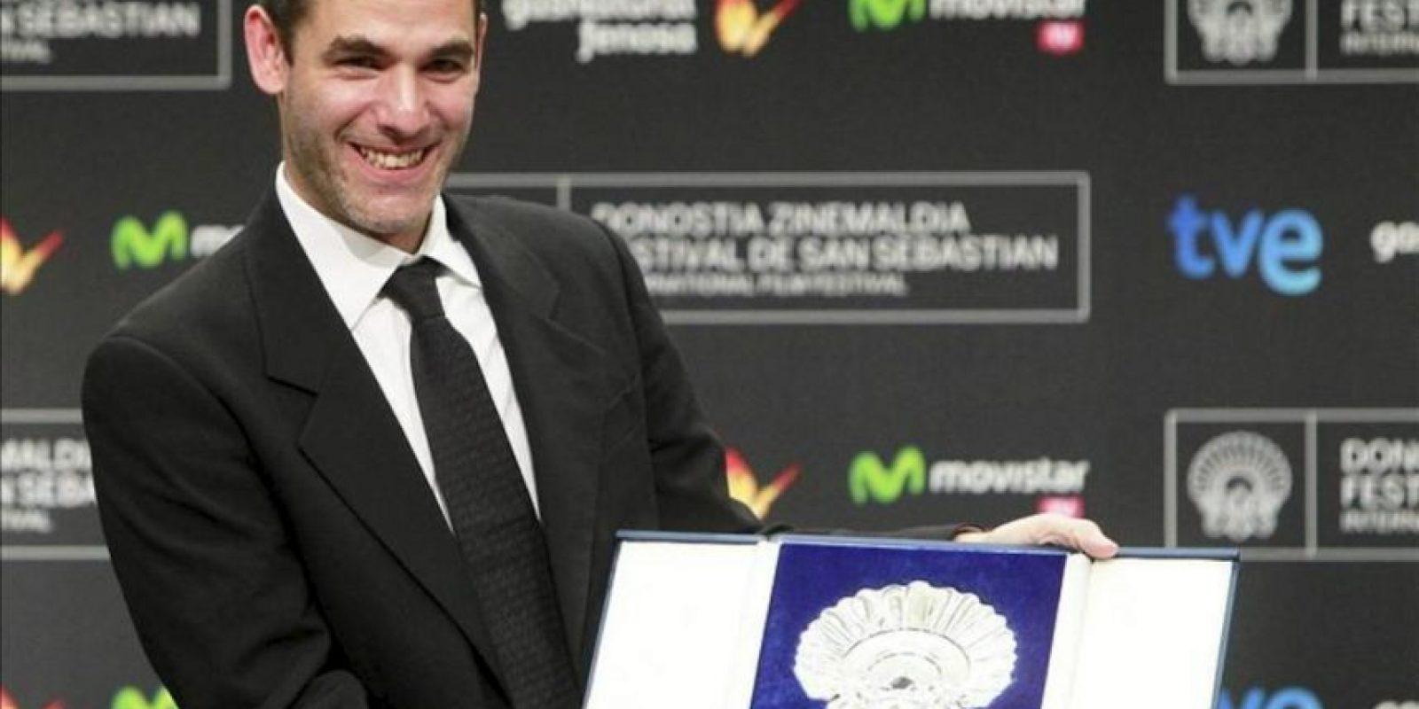El director Fernando Eimbcke muestra la Concha de Plata al mejor director, tras la gala de clausura de la 61 edición del Festival Internacional de Cine de San Sebastián. EFE
