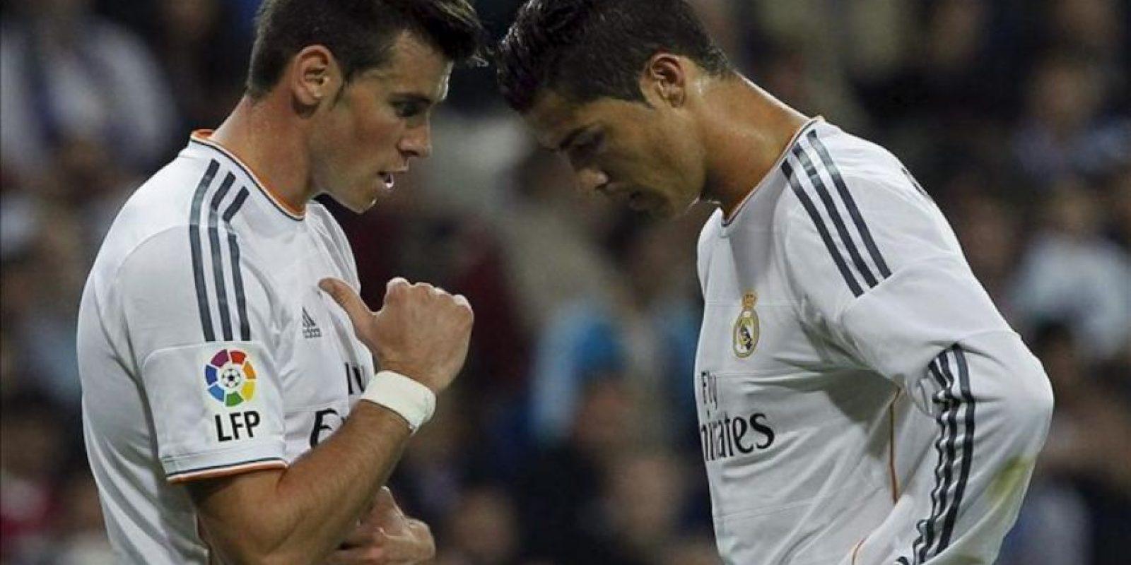 El jugador galés Gareth Bale (i) y el portugués Cristiano Ronaldo, ambos del Real Madrid, durante el partido de la séptima jornada de Liga en Primera División ante el Atlético de Madrid, disputado en el estadio Santiago Bernabéu. EFE