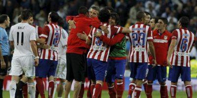 Los jugadores del Atlético de Madrid celebran la victoria ante el Real Madrid, al término del partido de la séptima jornada de Liga en Primera División disputado en el estadio Santiago Bernabéu. EFE
