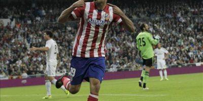 El delantero brasileño del Atlético de Madrid Diego Costa celebra tras marcar ante el Real Madrid, durante el partido de la séptima jornada de Liga en Primera División disputado en el estadio Santiago Bernabéu. EFE