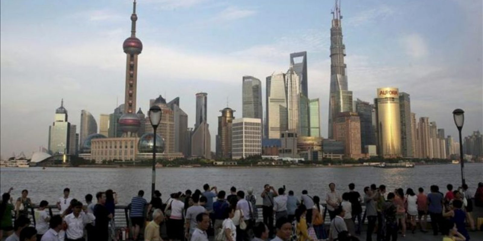 Un grupo de turistas observa una vista panorámica del distrito financiero del Pudong, en Shaghái (China). EFE