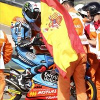 El piloto español Alex Rins (Estrella Galicia 0'0 KTM), recoge una bandera de España tras ganar la carrera final de Moto3 en el Gran Premio de Aragón de motociclismo que se ha celebrado hoy en el circuito alcañizano de Motorland. EFE/Javier Cebollada