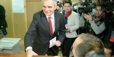 El canciller austriaco y candidato a la reelcección Werner Faymann, vota acompañado de su esposa en un colegio electoral de Viena. EFE