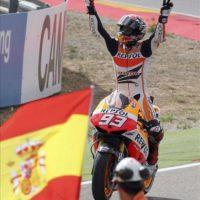 El piloto español Marc Márquez celebra su victoria en la carrera final de MotoGP en el Gran Premio de Aragón de motociclismo que se ha celebrado hoy en el circuito de Motorland en Alcañiz (Teruel). EFE