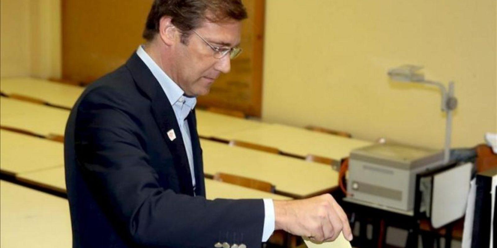 El Primer ministro portugués Pedro Passos Coelho deposita su voto en el colegio electoral Stuart de Carvalhais en Massama, Lisboa, Portugal. EFE