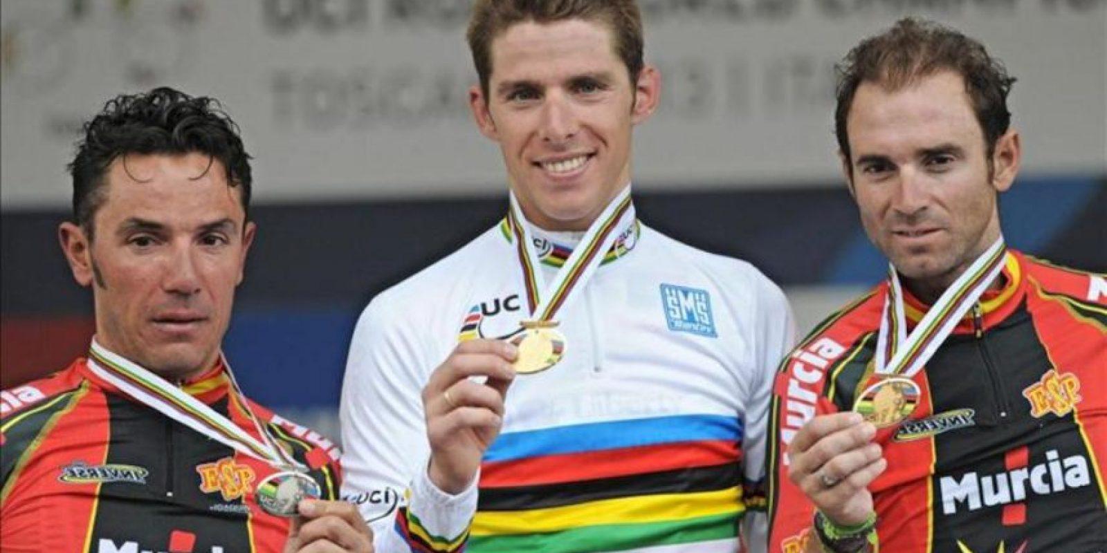 (I-D) El segundo clasificado el español Joaquim 'Purito' Rodríguez, el campeón Alberto Rui Costa, de Portugal, y el tercer clasificado Alejandro Valverde Belmomte muestran las medallas tras la prueba en ruta del mundial de ciclismo que se ha disputado en Forencia, Italia. EFE/EPA