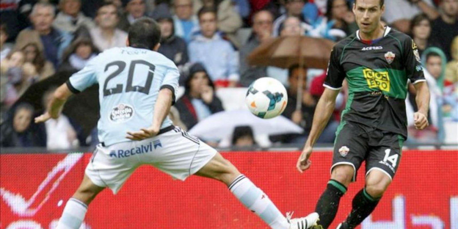 El delantero del Elche Manu Del Moral (d) ante el defensa del Celta Toni Rodríguez durante el partido de la séptima jornada de Liga de Primera División, disputado en el estadio de Balaidos. EFE