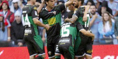 El centrocampista del Elche Javi Márquez (d) celebra con sus compañeros el gol marcado al Celta, durante el partido de la séptima jornada de Liga de Primera División, disputado en el estadio de Balaidos. EFE