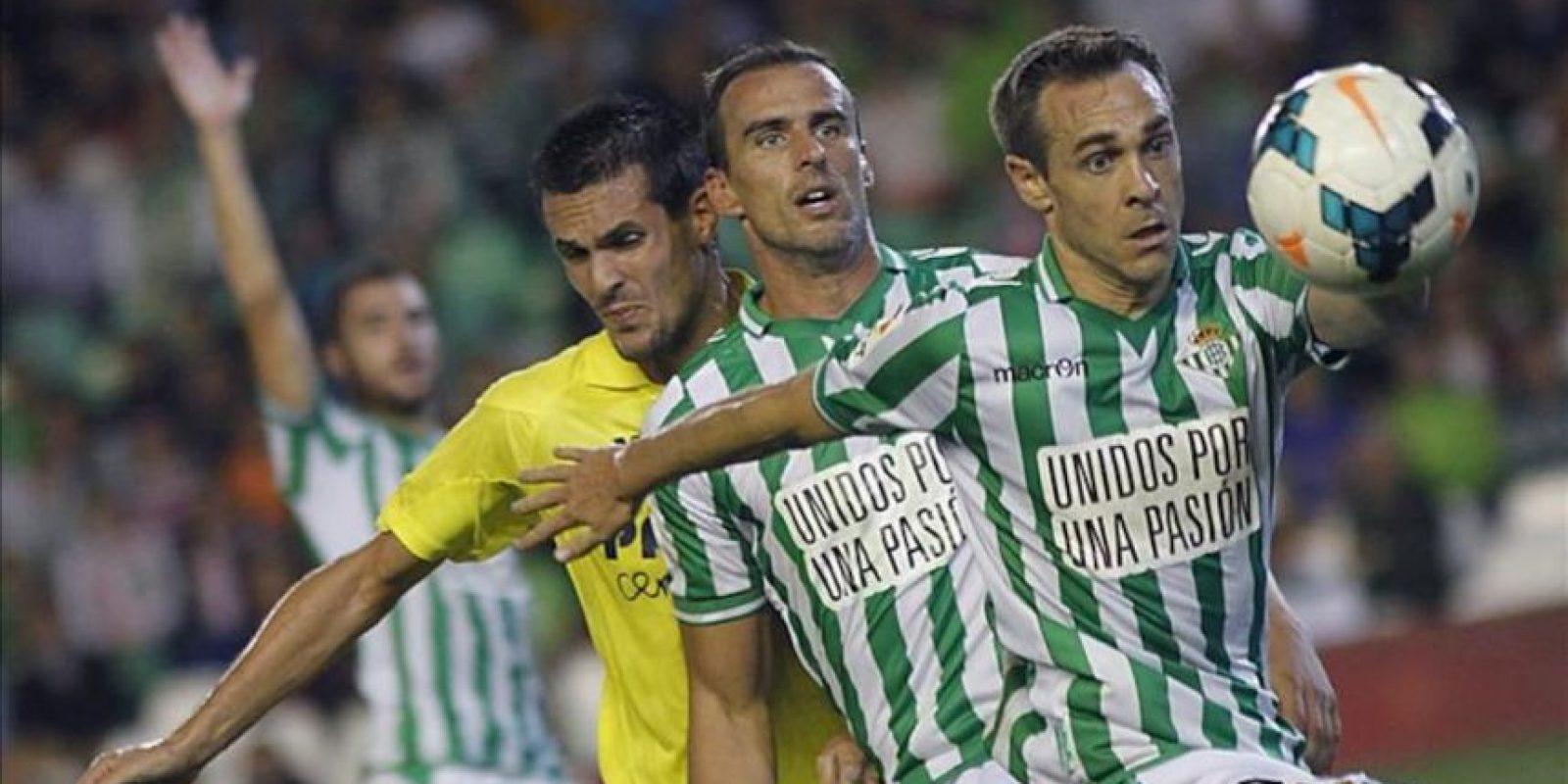 Los jugadores del Real Betis Nacho (d) y Amaya (c) pelean un balón con el francés Perbert, del Villarreal, durante el partido de la séptima jornada de Liga en Primera División disputado en el estadio Benito Villamarín, en Sevilla. EFE