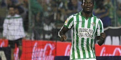 El delantero nigeriano del Real Betis celebra el gol marcado al Villarreal en el partido de la séptima jornada de Liga de Primera División disputado en el estadio Benito Villamarín. EFE