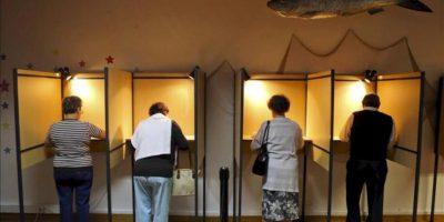 Ciudadanos portugueses en las cabinas de votación en Lisboa, Portugal. EFE