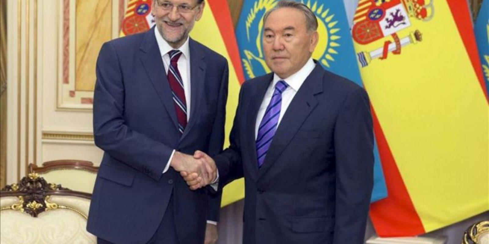 El presidente del Gobierno español, Mariano Rajoy (i), junto al presidente de Kazajistán, Nursultan Nazarbayev (2i), durante la reunión que mantuvieron hoy en el Palacio de la Independencia en Astaná en la primera jornada de la visita oficial del presidente del Ejecutivo español a Kazajistán. EFE