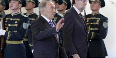 El presidente del Gobierno español, Mariano Rajoy (d), junto al presidente de Kazajistán, Nursultan Nazarbayev (i), durante la recepción ofrecida hoy en el Palacio de la Independencia en Astana. EFE