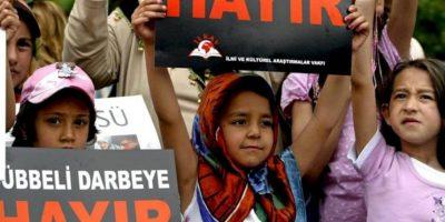 """Mujeres y niñas musulmanas sostienen un cartel en el que se puede leer """"No a la sentencia despótica"""", en una protesta contra el veredicto del Tribunal Constitucional de anular la reforma constitucional que permitía el libre uso del velo en las universidades, dictada en 2008. EFE/Archivo"""