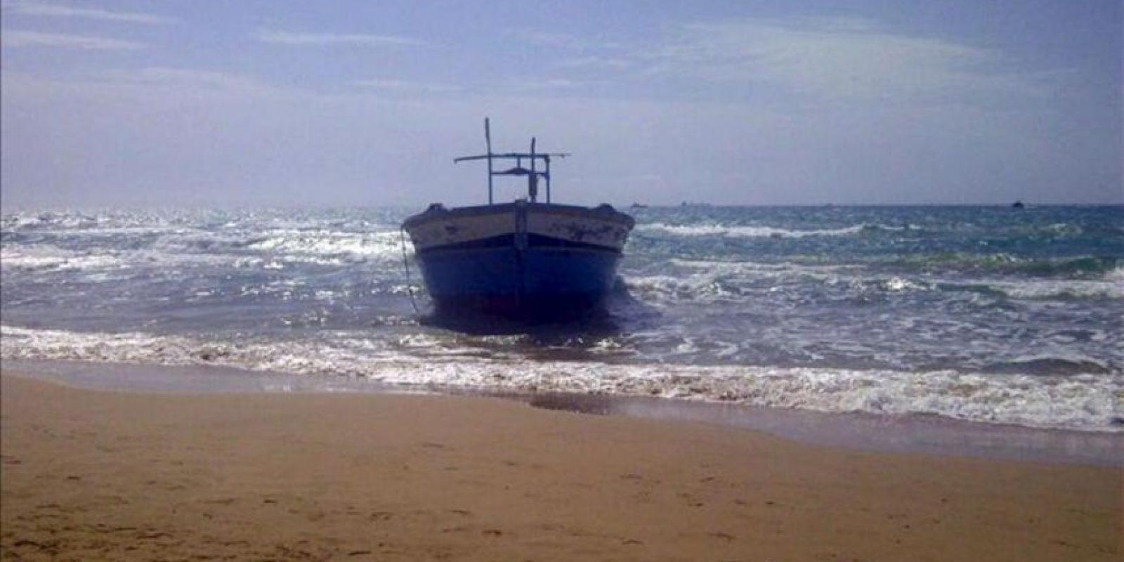 Un barco, que transportaba a unos 150 inmigrantes, permanece a orillas del mar en la costa de la región siciliana de Ragusa en Italia hoy. EFE