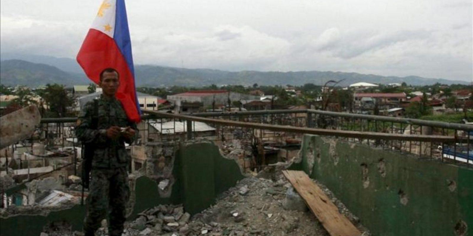Soldados limpian la zona donde únicamente quedan casas completamente destruidas tras los enfrentamientos entre la policía y los musulmanes rebeldes en Zamboanga (Filipinas) hoy. EFE