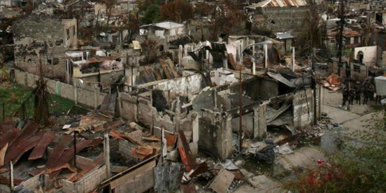 Casas completamente destruidas tras los enfrentamientos entre la policía y los musulmanes rebeldes en Zamboanga (Filipinas) hoy. EFE