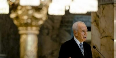 El presidente israelí, Simón Peres, ofrece una rueda de prensa durante su visita al Tribunal Internacional de la Haya en Holanda. EFE
