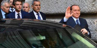 El ex jefe del Gobierno italiano y líder del partido conservador Pueblo de la Libertad (PDL), Silvio Berlusconi (d), saluda a su llegada a la Cámara de los Diputados, donde tendrá lugar una reunión de su grupo parlamentario, en Roma (Italia). EFE