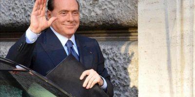 El ex jefe del Gobierno italiano y líder del partido conservador Pueblo de la Libertad (PDL), Silvio Berlusconi, saluda a su llegada a la Cámara de los Diputados, donde tendrá lugar una reunión de su grupo parlamentario, en Roma (Italia). EFE