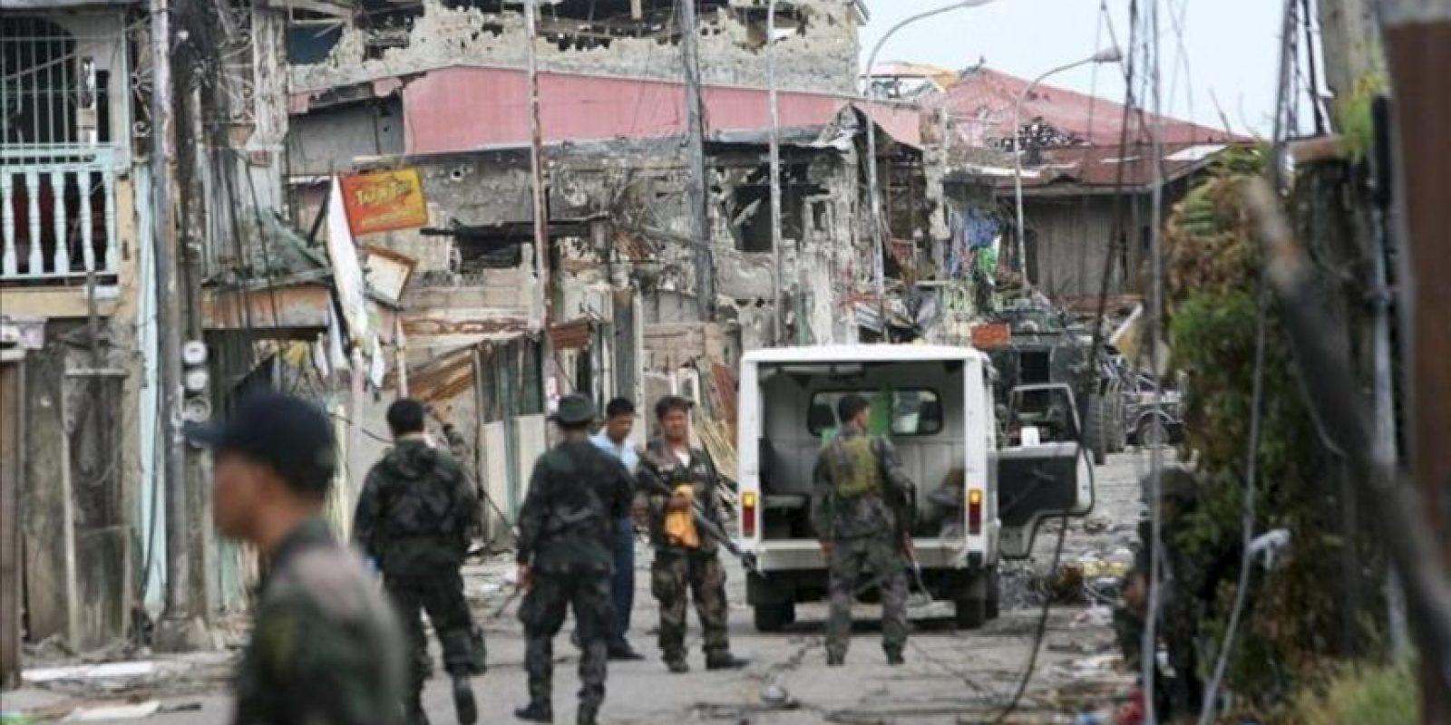 Numerosos soldados filipinos participan en una operación de registro e inspección de la ciudad de Zamboanga, en el sur de Filipinas. EFE
