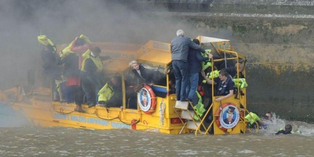 Se incendia barco en pleno paseo turístico