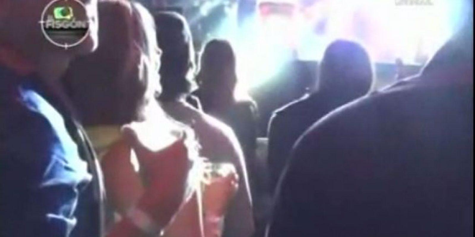 La rubia del frente es Alejandra Buitrago y detrás de ella está el hombre con el que bailó.