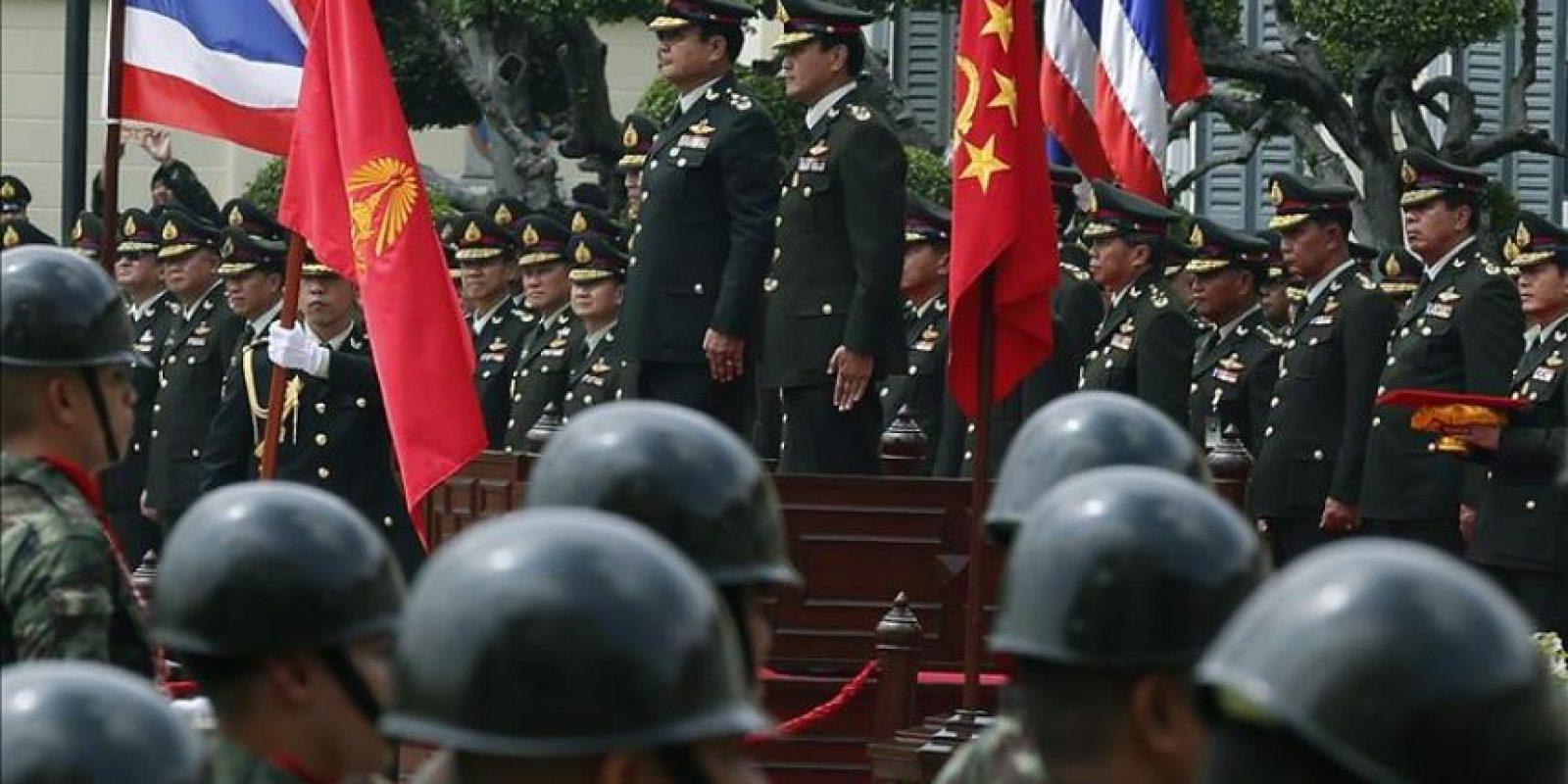 El primer ministro y jefe de la Junta militar, Prayuth Chan-ocha (centro izda), asiste al nombramiento de Udomdej Sitabutr (centro dcha) como nuevo jefe de la Armada en Bangkok, Tailandia, el martes 30 de septiembre de 2014. EFE