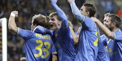 Los jugadores del FC BATE Borisov celebran el gol conseguido ante el Athletic de Bilbao, durante el partido del grupo H de la Liga de Campeones disputado en el Borisov, Bielorrusia. EFE