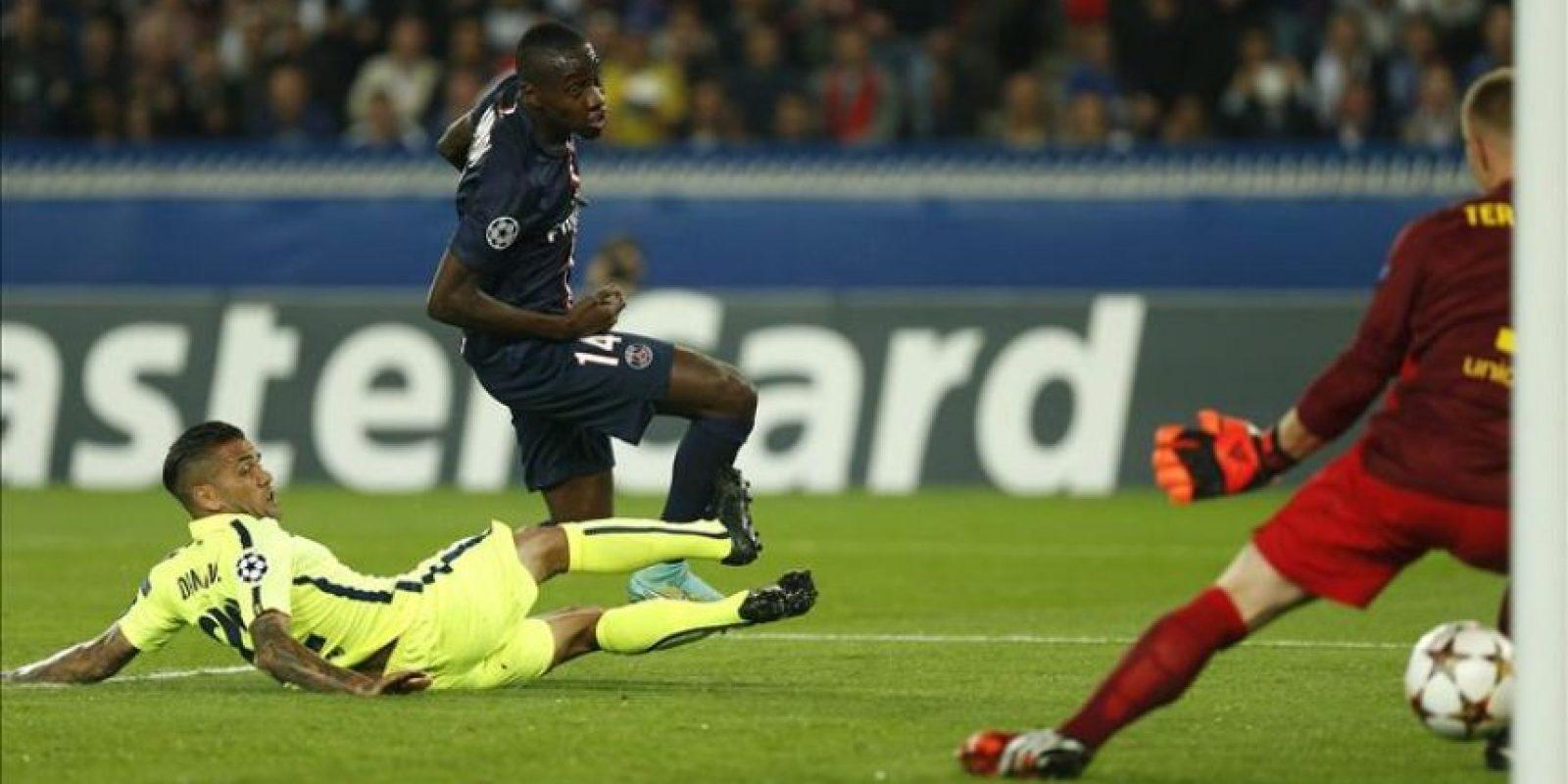 El jugador del París Saint-Germain Blaise Matuidi (c) marca el 3-1 ante el defensa del FC Barcelona, Dani Alves (izda), durante el partido del grupo F de la Liga de Campeones disputado en el estadio Parque de los Príncipes de París, Francia. EFE