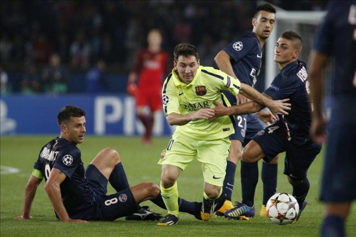 Los jugadores del París Saint-Germain Marco Verratti (dcha) y Thiago Motta (izda) pelean por el control del balón con el jugador del FC Barcelona, Lionel Messi, durante el partido del grupo F de la Liga de Campeones disputado en el estadio Parque de los Príncipes de París, Francia. EFE