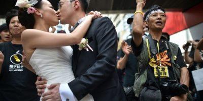 Una pareja decidió utilizar las protestas como escenario para sus fotos de boda Foto:AFP